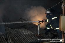 Пожар вспыхнул на крыше одного из домов на улице Гургена Магари