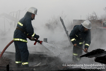 The rescuers extinguished the fire on the roof