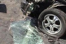 Автомобиль съехал с проезжей части автодороги и врезался в барьер