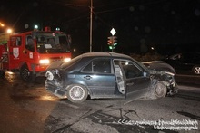 Автомобиль врезался в разделительный придорожный барьер