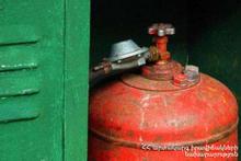 Спасатели перенесли газовый баллон в безопасную зону