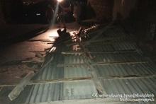 Спасатели убрали металлическую кровлю из дороги