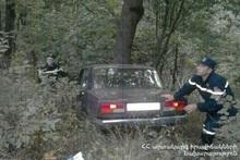 Автомобиль выехал за пределы проезжей части дороги и скатился в овраг