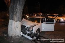 Автомобиль выехал за пределы проезжей части дороги и врезался в дерево