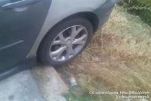 Спасатели вытащили автомобиль на проезжую часть дороги