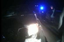 Автомобиль выехал за пределы проезжей части дороги и врезался в железный барьер