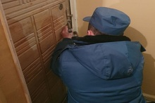 Спасатели открыли запертые двери