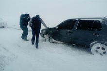 Rescuers took cars out of blockage