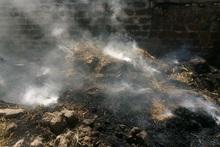 Сгорело около 30 складированных тюков сена