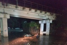 Rescuers brought the citizens out of the cars blocked in the rainwaters
