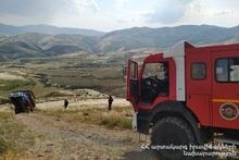 Спасатели поставили грузовой автомобиль обратно на колеса