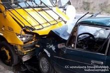 Автомобиль марки «ВАЗ-2106» врезался в припаркованный эвакуатор