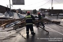 Из-за сильного ветра была повреждена крыша здания и упала на проезжую часть дороги