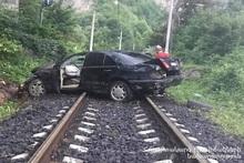 Автомобиль выехал за пределы проезжей части дороги и оказался на железной дороге