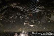 Сгорели деревянные конструкции крыши хлева и около 130 тюков сена