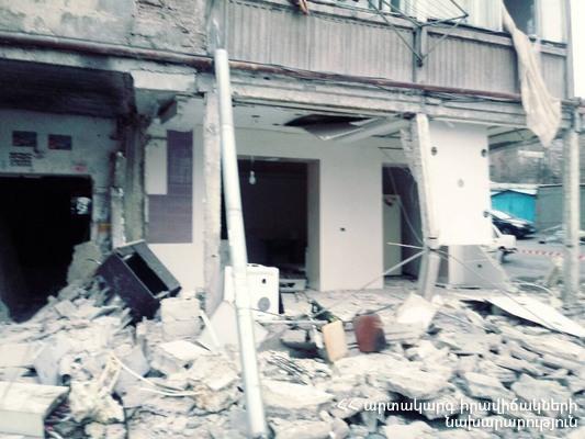 Взрыв в жилом доме в Ереване: повреждены 10 автомобилей во дворе, эвакуированы 14 человек